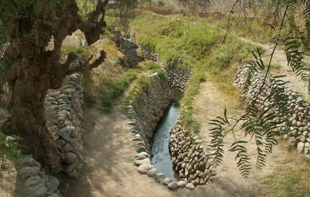 Canal de irrigación perteneciente al sistema de puquíos. (Foto: Abel Pardo López/CC).