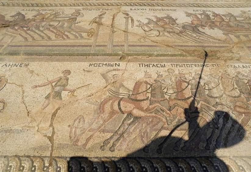 Una de las particularidades del mosaico es que las cuatro cuadrigas que participan en la competición aparecen en cuatro fases diferentes de la carrera.