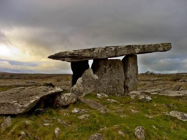 El dolmen de Poulnabrone, condado de Clare, Irlanda.