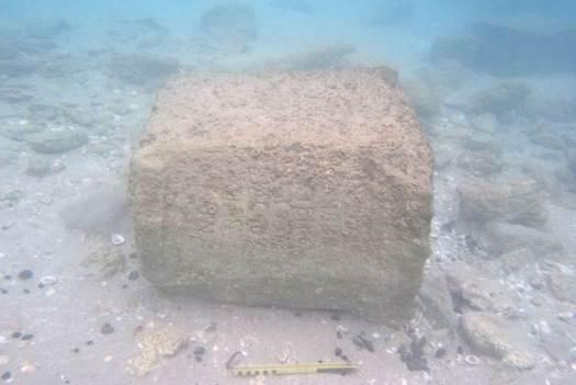 La roca, que mide 70 por 65 centímetros y pesa más de 600 kilogramos, estaba cubierta de criaturas marinas cuando fue descubierta.