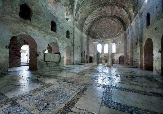 Interior de la iglesia de San Nicolás en Demre, Turquía.