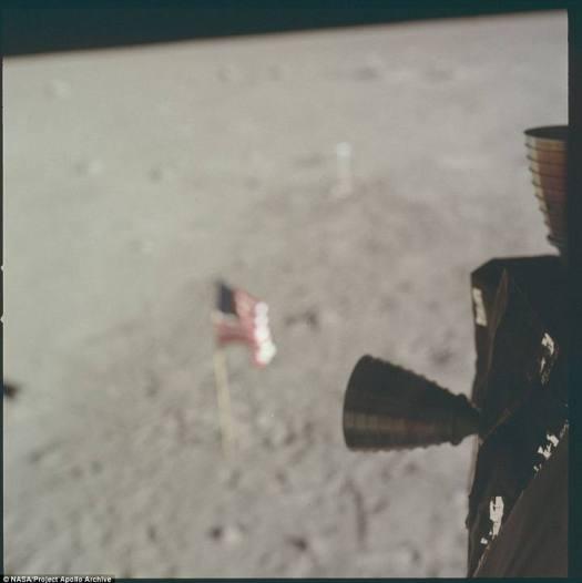 Una foto desenfocada de la bandera plantada en la Luna.
