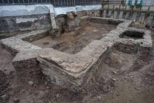 Los muros de los cimientos recientemente descubiertos tienen una anchura extraordinaria.