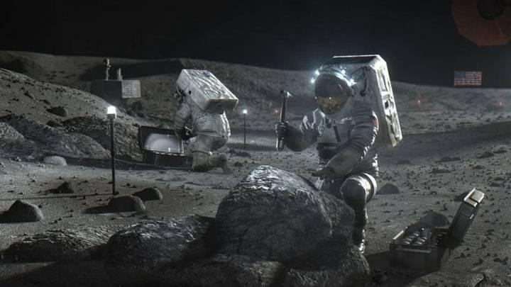 Astronautas trabajando en la Luna.