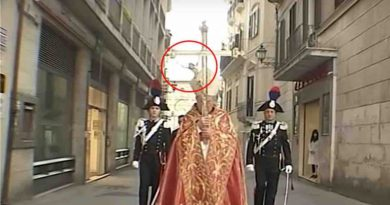 In Chieti Italy: Christ detaches himself from the Cross during the solitary procession – Video of accident –