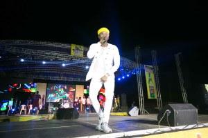 Kizz Daniel performing on stage at the Grand Finale of Ariya Repete 2018 in Ibadan