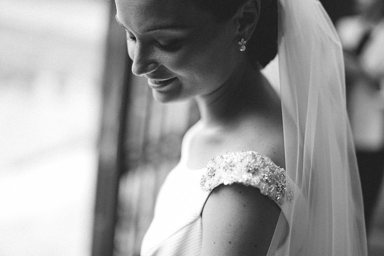 Classic bride in black and white photo | More on: http://mysweetengagement.com/gorgeous-wedding-in-spain - Photo: David Fernández