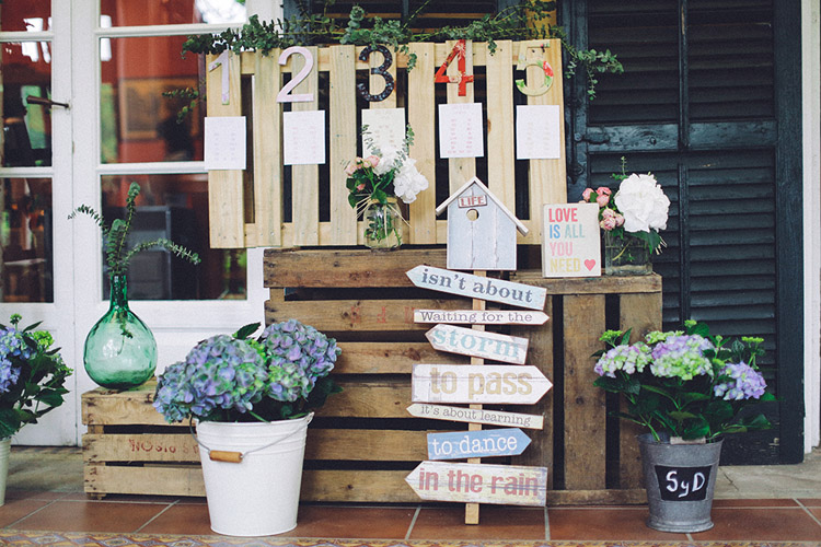 Cute vintage wedding table seat chart display with wood signs | More on: http://mysweetengagement.com/gorgeous-wedding-in-spain - Photo: David Fernández