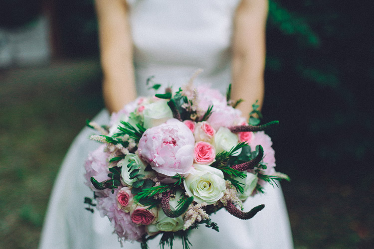 Pink and green wedding bouquet. Gorgeous wedding in Spain | More on: http://mysweetengagement.com/gorgeous-wedding-in-spain - Photo: David Fernández