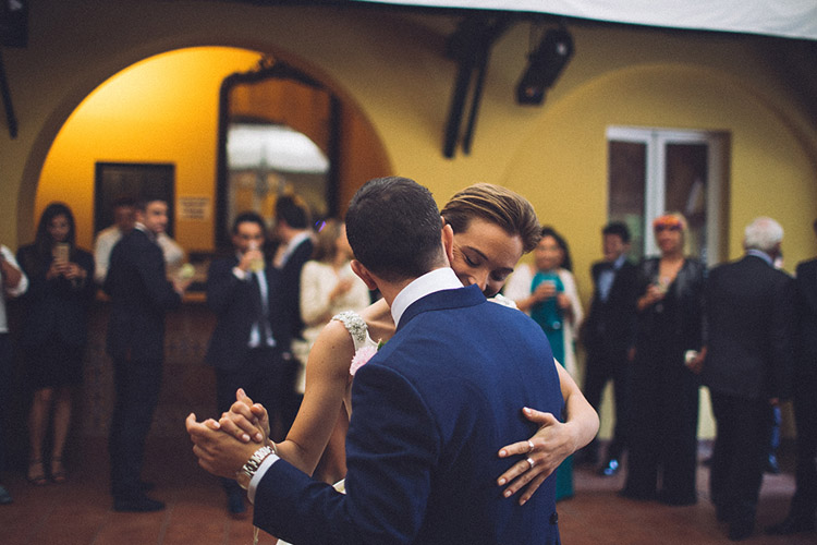 Bride and groom first dance. Gorgeous wedding in Spain | More on: http://mysweetengagement.com/gorgeous-wedding-in-spain - Photo: David Fernández