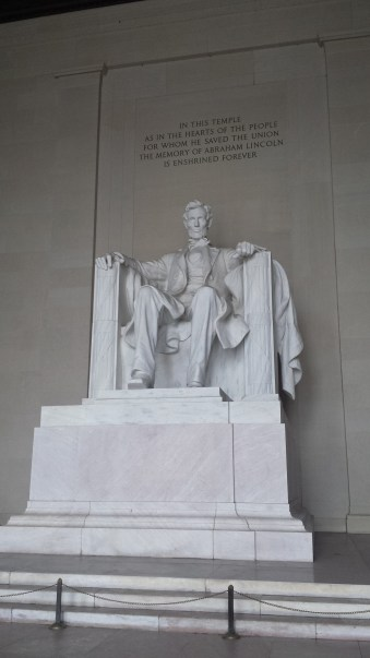statue of Abraham Lincoln sitting down