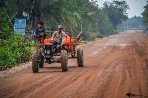 tracteur sur les routes du cambodge a battambang