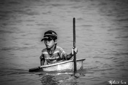 enfant dans une bassine sur le tonle sap au cambodge