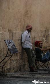 artistes contre un mur