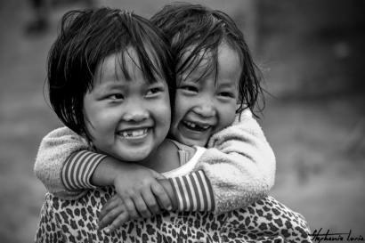 deux filles thailandaises riant aux eclats
