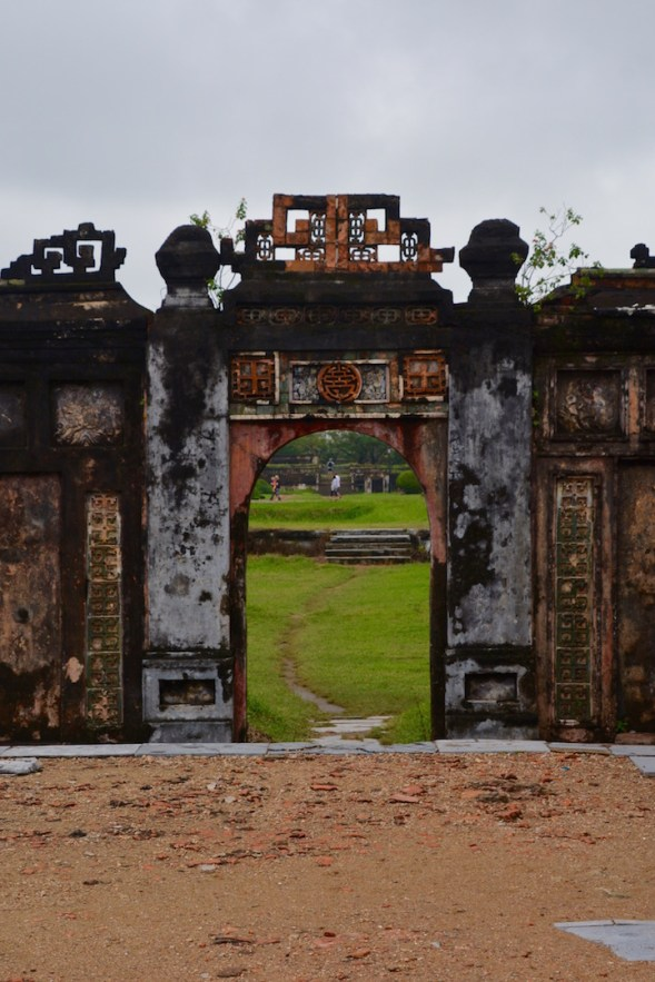 Arch into the gardens...