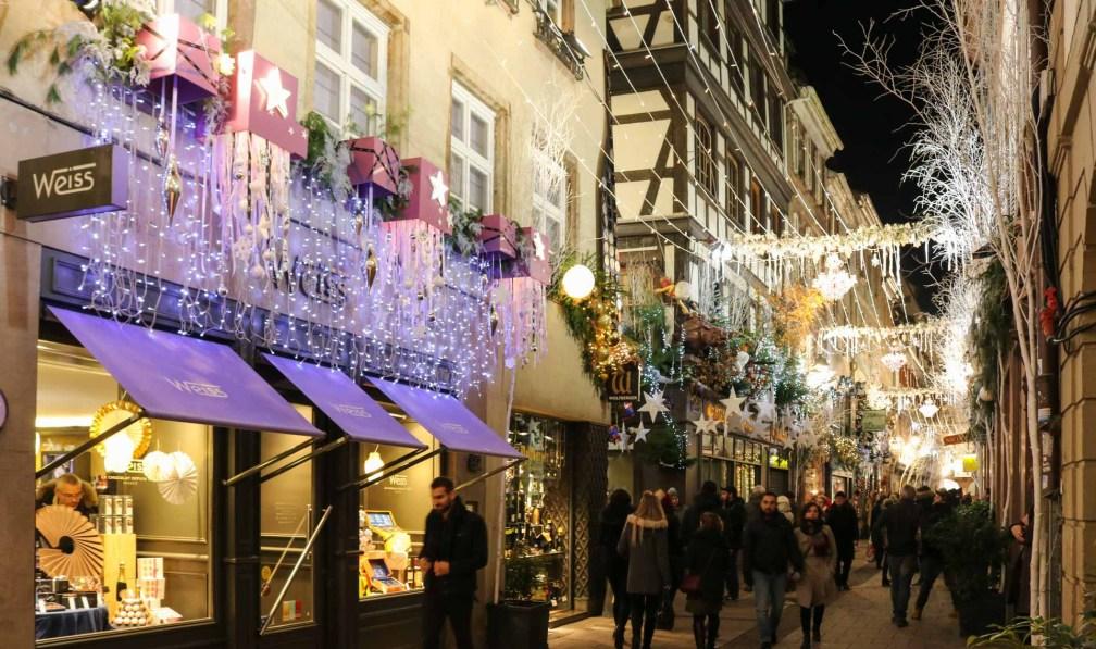 Рождественская улица Страсбургские рождественские ярмарки Почему вы должны посетить Страсбургские рождественские ярмарки strasbourg christmas shop decoration