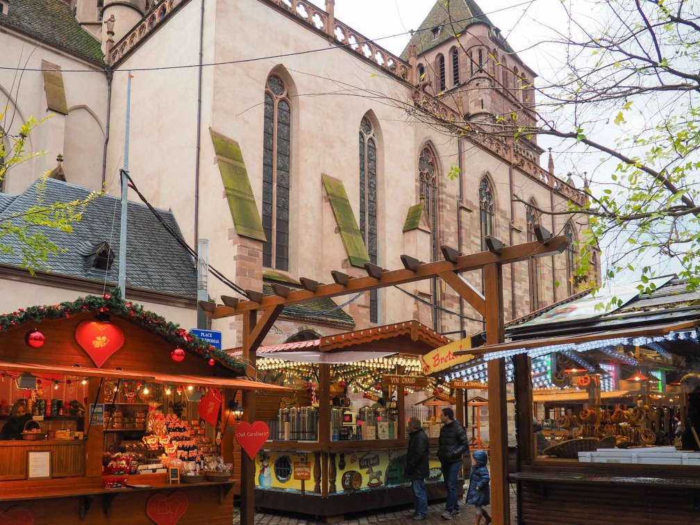 Place Saint Thomas Страсбургские рождественские ярмарки Почему вы должны посетить Страсбургские рождественские ярмарки strasbourg place saint thomas