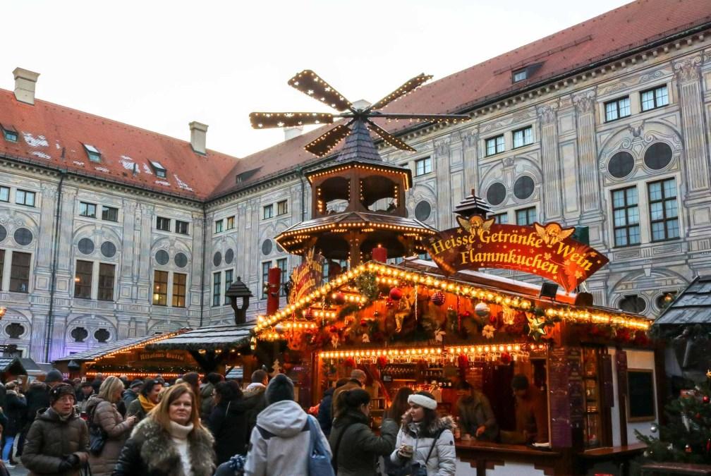 Рождественская деревня Мюнхен Residenz Лучшие рождественские рынки в Мюнхене Лучшие рождественские рынки в Мюнхене (путеводитель по 2020 году) christmas village munich residenz