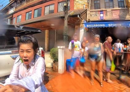寮國旅遊|潑水節這一天,全國的人都愉悅地濕了