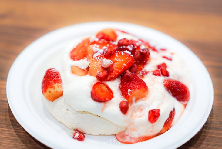 Vegan meringue with strawberries