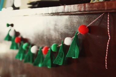 5232760-650-1450249926-diy-felt-christmas-tree-garland-with-pompoms-1