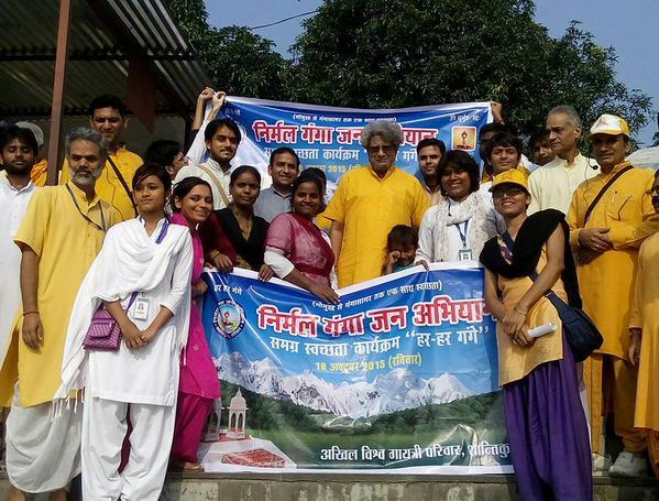 श्रद्धेय डॉ.प्रणव पण्ड्या जी (कुलाधिपति, दे.सं.वि.वि. एवं प्रमुख, अखिल विश्व गायत्री परिवार) गंगा सफाई के दौरान