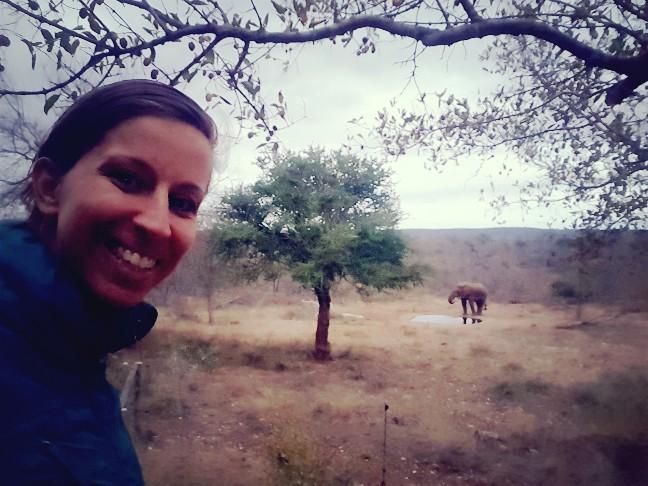 Met olifant op foto bij waterplas Zuid Afrika