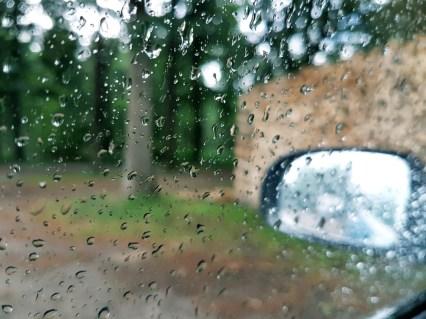 regen door autoraam