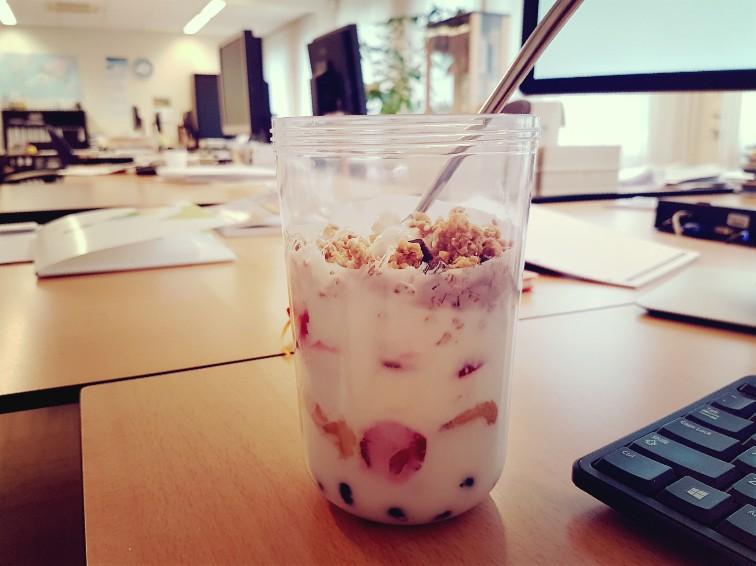 Alleen op kantoor met mijn ontbijt