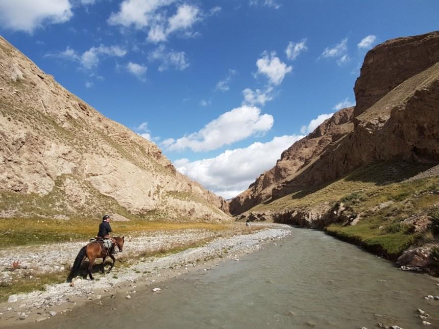 Kirgizië bergen kamperen tent paard