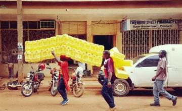 Jerrycan dragen Kampala Oeganda