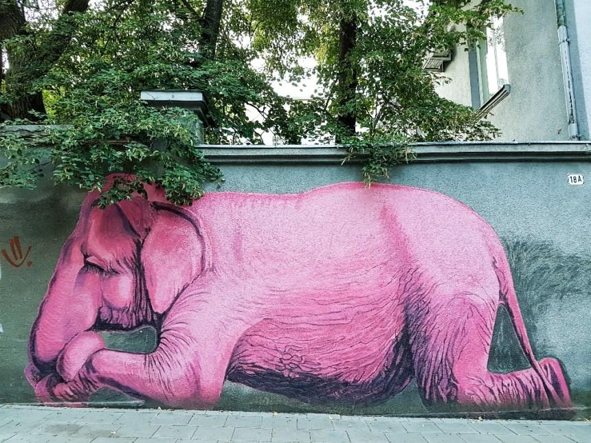 Roze olifant streetart Kaunas Litouwen