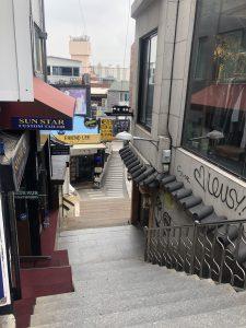 階段を下りていく途中にあるお店