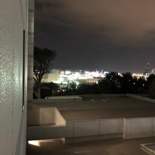 空港近くの窓からの景色