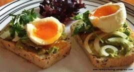Avocado and egg toast. Grzanka z awokado i jajkiem na miękko.