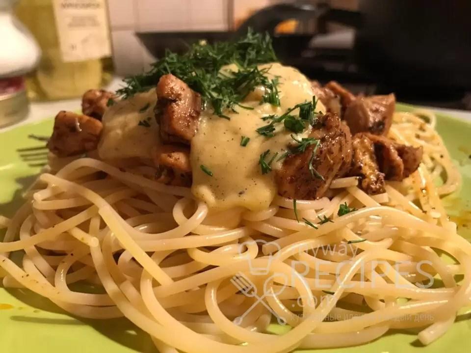 Спагетти с куриным филе и голландским соусом