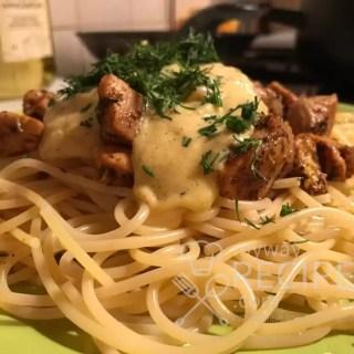 спагетти с курицей и голландским соусом