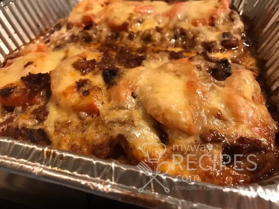 Лазанья – одно из популярных блюд итальянской кухни. Современная лазанья - это несколько слоев высушенного, а впоследствии сваренного или запеченного пшеничного теста, перемежаемых разнообразными начинками – от мясного фарша до овощного рагу. Традиционно блюдо посыпается тертым сыром и запекается в духовке. Для лазаньи итальянцы чаще всего используют такие сорта сыра, как рикотта, моцарелла и пармезан. Последний обязателен только для классической лазаньи болонье́зе. Рецепт в домашних условиях допускает и другие твердые сыры: Голландский, Русский или Монастырский, так как они используются для образования золотистой и хрустящей корочки.
