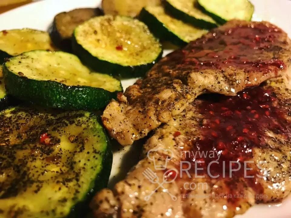 Свиная вырезка с малиновым соусом и овощами на гриле