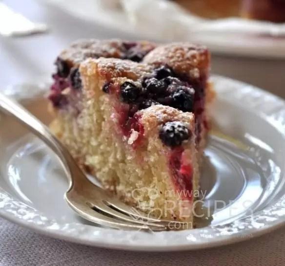 Пирог с малиной и черникой