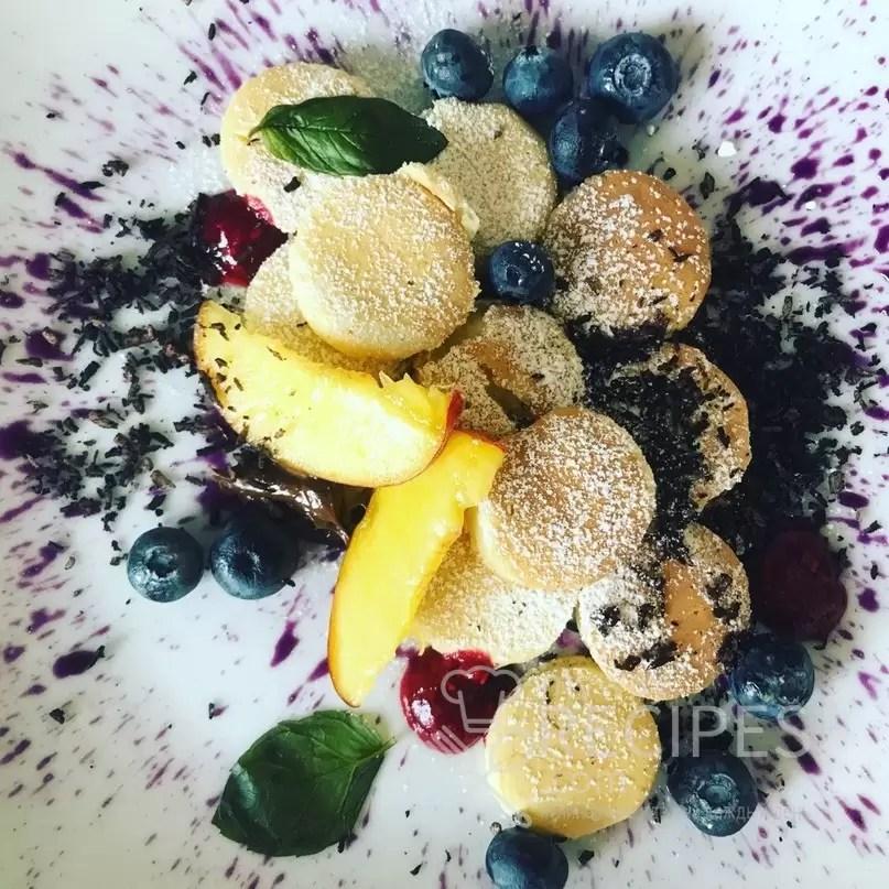 Панкейки  с ягодный сиропом и фруктами