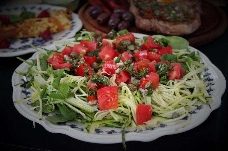 Салата със зеленолистни, тиквички и домати