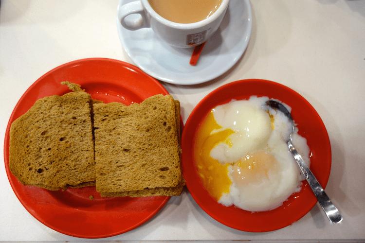 Das typische Frühstück in Singapur. Kaya Toast