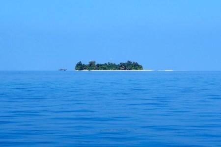 Urlaubsinsel auf den Malediven. Wasser, Sonne, Strand und Palmen.