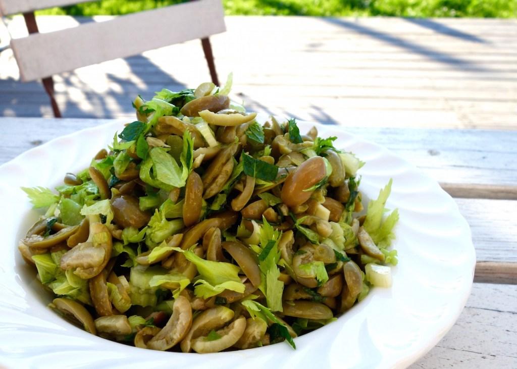 salat-mit-oliven-staudensellerie-und-minze