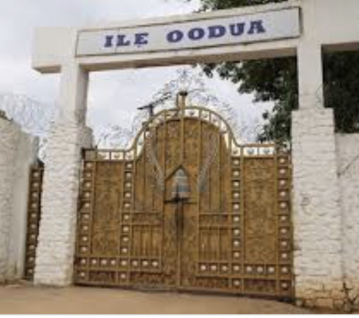 QUEEN LUWOO GBAGIDA; THE FIRST AND ONLY FEMALE OONI OF IFE 10