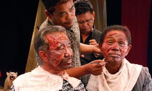 انور کنگو در نمایی از فیلم نمایش قتل