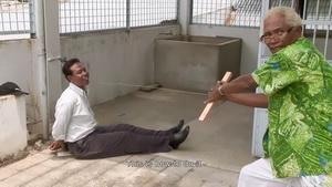 انور کنگو در حال نمایش یکی از متدهای قتل