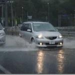道路が冠水!川のように坂を流れる水。小樽市朝里の短時間豪雨の様子。